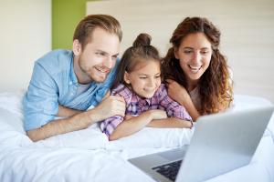 familia-consumindo-conteudos-de-uma-webtv